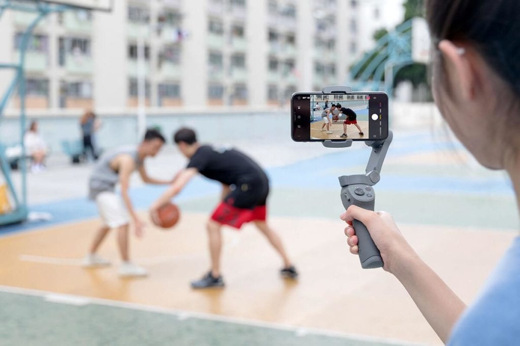 Man holding the DJI OSMO MOBILE 3